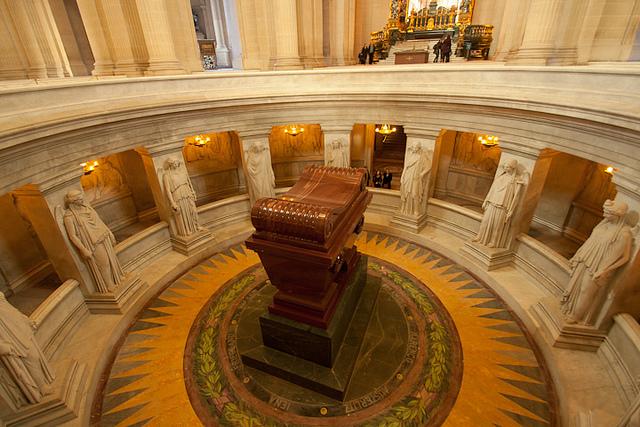 Napoleón tumba inválidos parís mausoleo historia