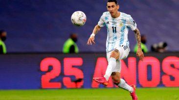 Angel Di Maria levanta la pelota que va hacia el gol
