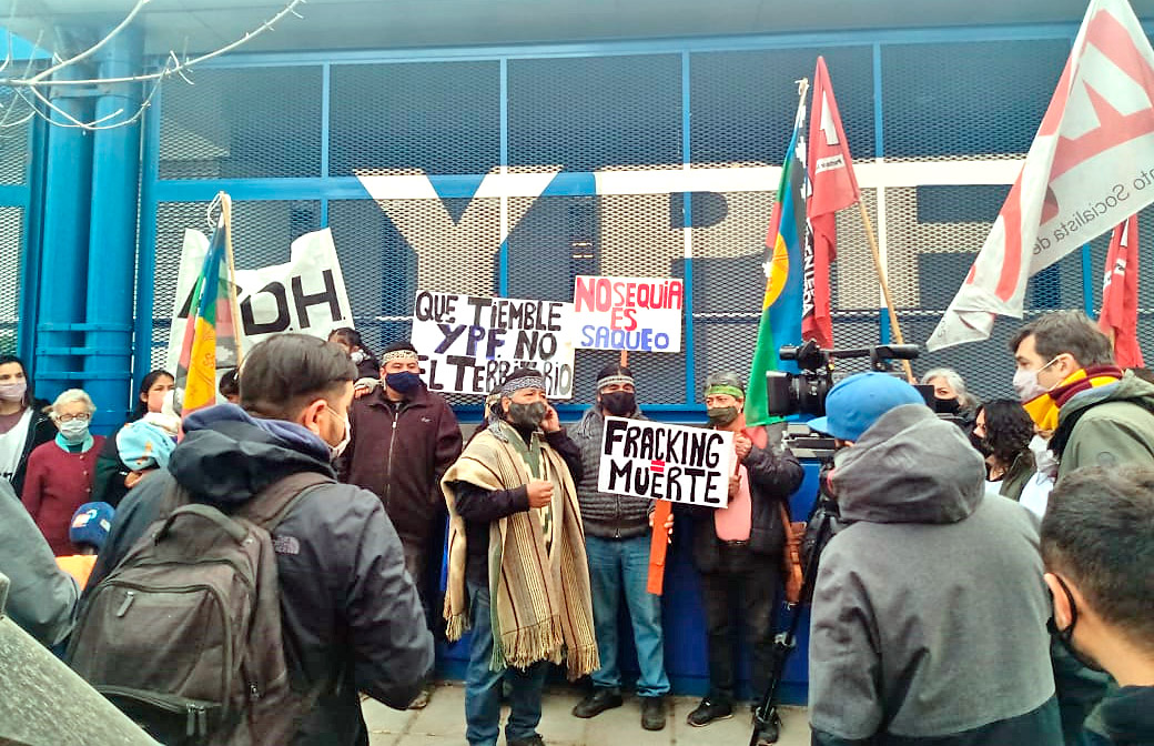 Acto de la Confederación y la Multisectorial contra el Fracking frente a la sede de YPF