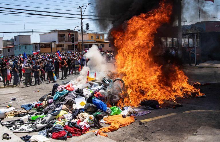 Quema de carpas y pertenencias de migrantes venezolanos en Iquique MARTIN BERNETTI - AFP